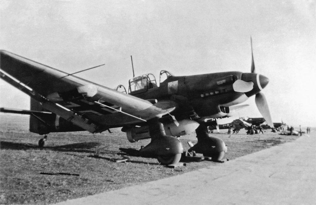 Junkers Ju.87 D-1 S2+LH l/StG77 с подвешенной бомбой SC 1000 лето 1942 года
