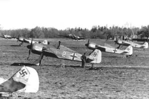 Первые Focke-Wulf Fw.190 A-2 (в центре W.Nr 5216) 6./JG2 Beaumont-le-Roger Франция 1942 г