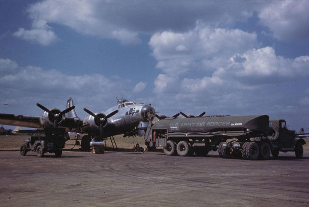 Boeing B-17G заправка самолета топливом