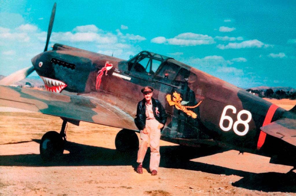 "Robert Smith рядом с Curtiss Hawk H81A P-8109 Чарльза Олдера (Charles Older) 3PS ""Hell's Angels"" Куньмин, Китай"